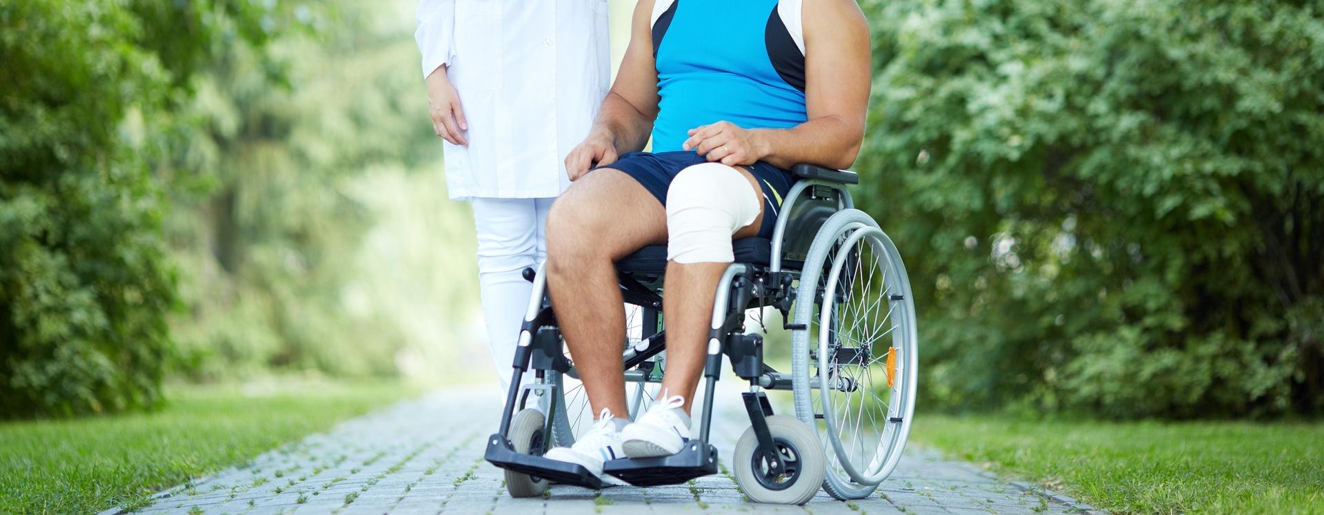 Mann im Rollstuhl nach Unfall im Park