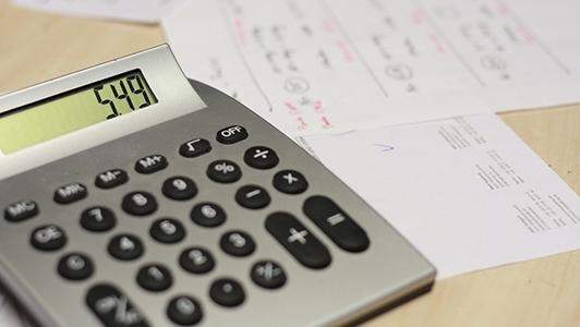 Taschenrechner auf Schreibtisch