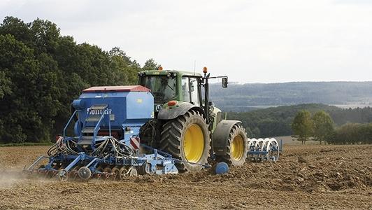 Traktor mit Sämaschine