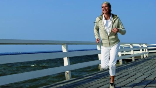 Frau beim Joggen am Meer