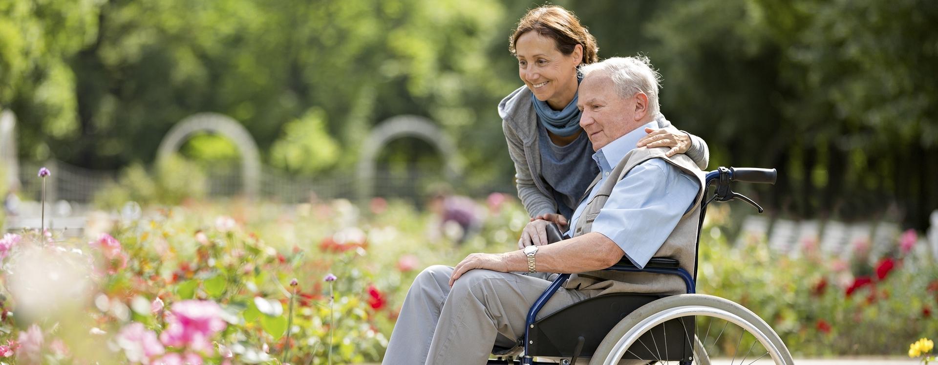 Pflegerin mit Pflegeperson im Rollstuhl