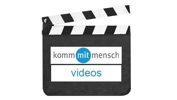 """Gezeichnete Filmklappe mit dem Schriftzug """"kommmitmensch Videos"""""""
