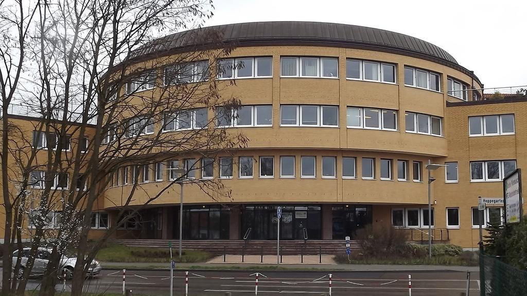 Außenaufnahme vom Eingangsbereich der SVLFG-Dienststelle in Hoppegarten